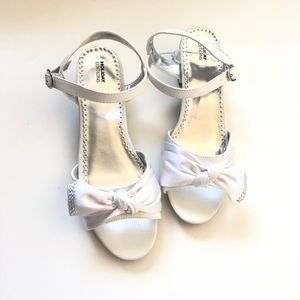 Holiday edition sz 5 girls dress shoes white NWT